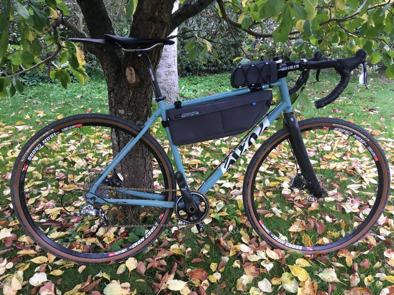26094e1d1c0 Cotic stållågen monteret med Pro Discover bikepacking tasker. Her vises kun  5,5 liters steltaske og gastank, som er brugt til pendling mellem hjem og  ...