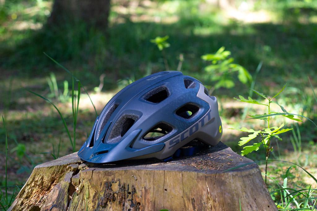 hjelm på træstub