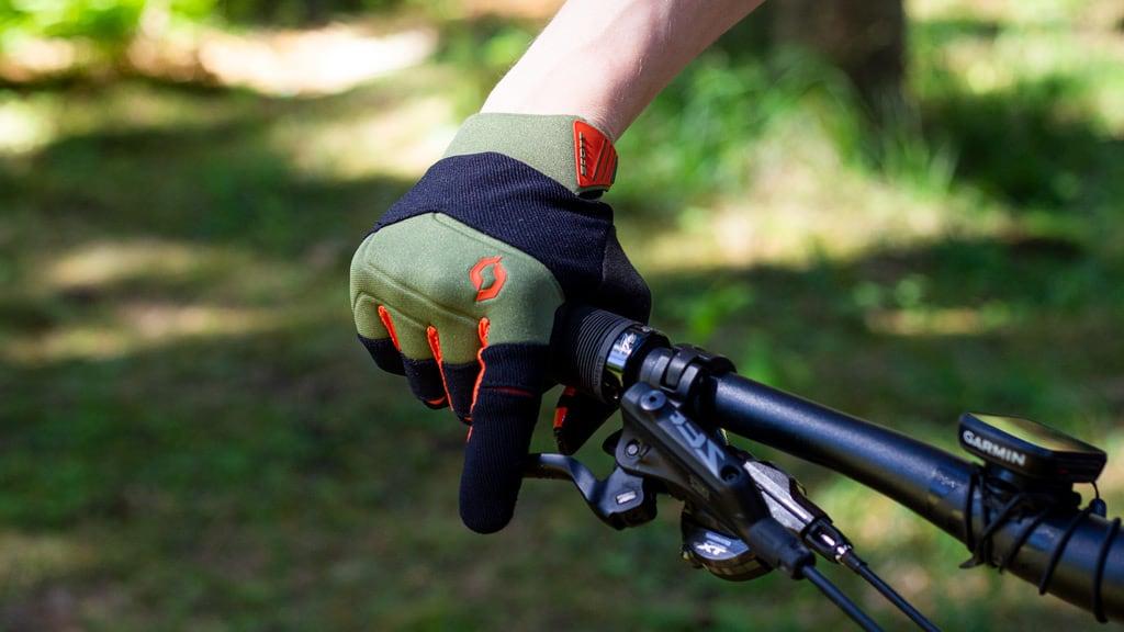 handskerne når de holder på styret