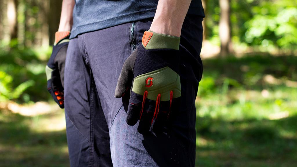 begge handsker på ned langs benene