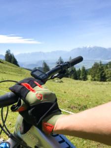 handskerne på i bjergene