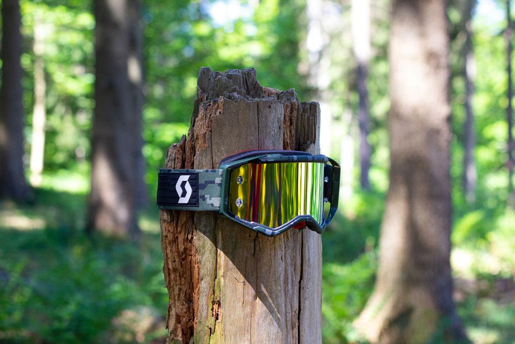 Denne model af brillerne siddende på en træstamme, hvor den falder i et med naturen.